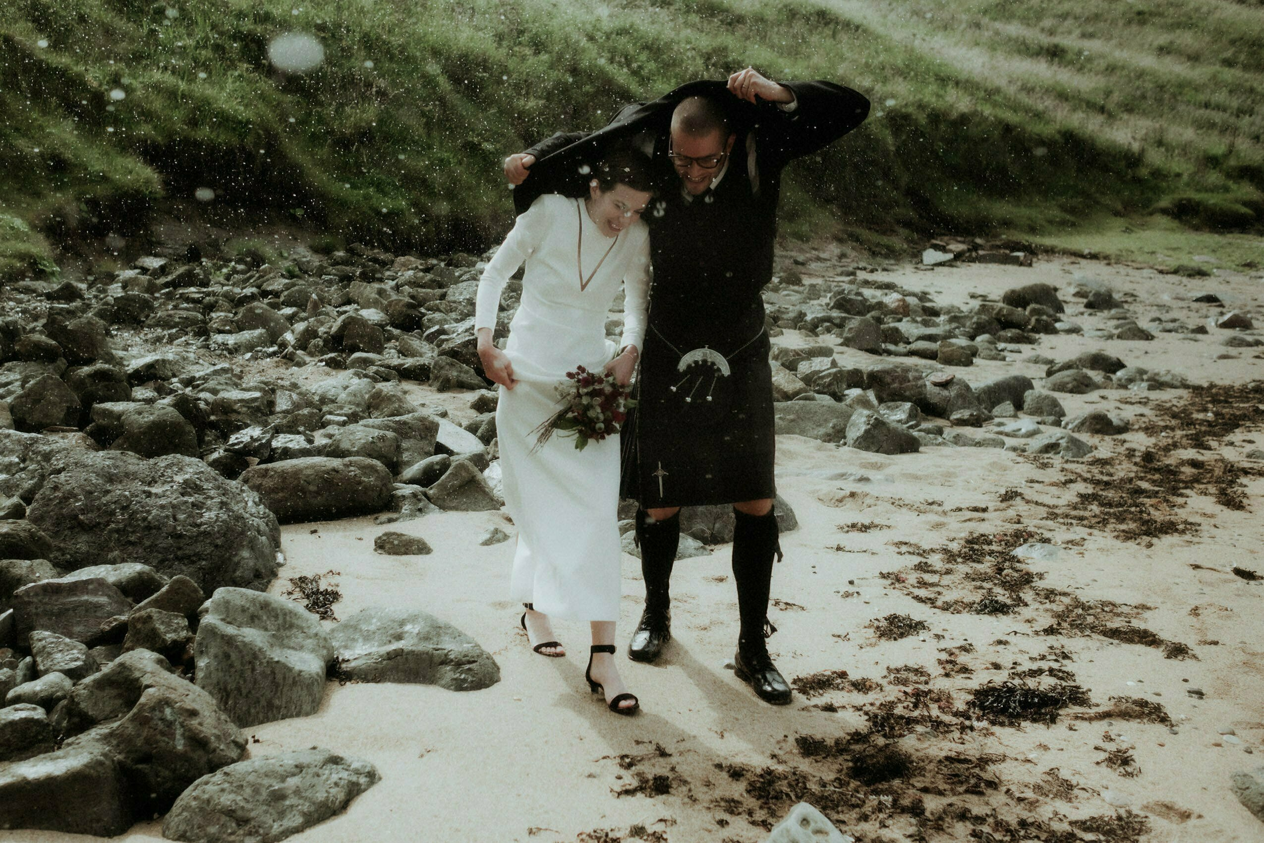 elope to scotland couple in the rain